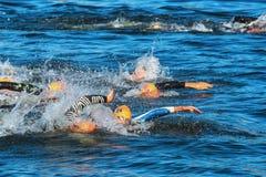 ÉSTOCOLMO - AGOSTO, 25: O começo caótico nos homens que nadam em t Imagens de Stock
