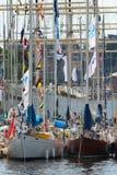 ÉSTOCOLMO - JUNHO, 29: Sailingboats no porto em Éstocolmo antes de t Fotografia de Stock