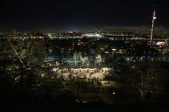 Éstocolmo na noite vista de Skansen entrada a skansen Noite Éstocolmo imagem de stock