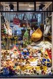 ÉSTOCOLMO, SUÉCIA - 4 DE JANEIRO: uma mostra-janela da loja na venda de Imagem de Stock