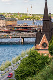ÉSTOCOLMO, SUÉCIA - 14 DE JULHO DE 2017: Vista sobre Mariahissen, cidade velha e Djurgarden de Södermalm em Éstocolmo, Suécia fotos de stock