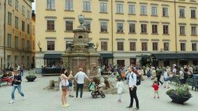 Éstocolmo, Suécia, em julho de 2018: O quadrado da cidade velha no centro de Gamla Stan Muitos turistas descansam aqui e admiram filme