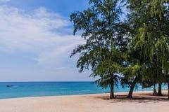 Été à une plage parfaite avec un bateau sur la mer photo libre de droits