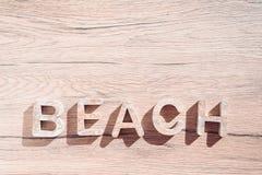 Été Bacground avec des accessoires de plage sur le conseil en bois Coeur blanc photographie stock libre de droits