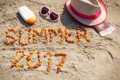 Été 2017 d'inscription, accessoires pour prendre un bain de soleil et passeport avec des devises euro sur le sable à la plage, he Photos stock