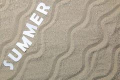 Été d'inscription des lettres blanches de papier sur le sable de mer ?t? Relaxation Vacances Vue de ci-avant photos libres de droits