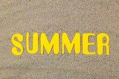 Été d'inscription des lettres jaunes de papier sur le sable de mer ?t? Relaxation Vacances Vue sup?rieure photos stock