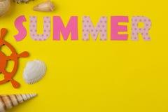 Été d'inscription du papier des lettres et des coquillages multicolores sur un fond jaune lumineux ?t? Relaxation Vacances image stock
