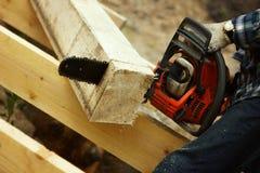 Été de bois de construction de sawing de scie dehors Image stock