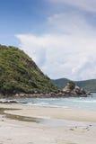 été de montagnes d'horizon de littoral de plage Photo stock
