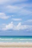 été de montagnes d'horizon de littoral de plage Photographie stock