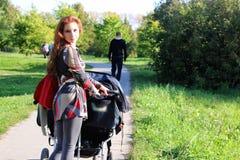 Été de poussette de promenade de femmes Photos libres de droits
