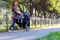 Été de poussette de promenade de femmes Photo libre de droits
