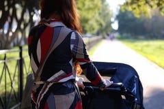 Été de poussette de promenade de femmes Images stock