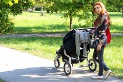 Été de poussette de promenade de femmes Image libre de droits