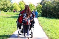 Été de poussette de promenade de femmes Photographie stock libre de droits