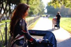 Été de poussette de promenade de femmes Photos stock
