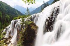 Été de vallée de jiuzhai de cascade à écriture ligne par ligne de banc de perle Image libre de droits