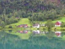 Été de village de montagne de réflexion de lac photographie stock libre de droits