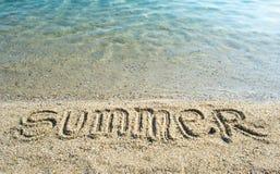 Été de Word écrit sur la plage Photographie stock libre de droits