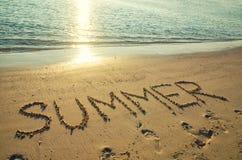 ?t? de Word ?crit sur la plage blanche de sable Vacances d'?t?, voyage et concept de vacances Fond abstrait de plage de mer photographie stock