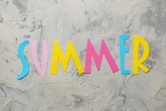 Été de Word des lettres multicolores de papier sur un fond de ciment ?t? Vacances Relaxation Vue sup?rieure photos stock