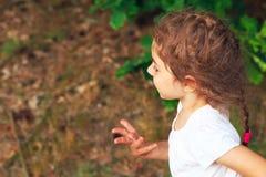 Été, enfance, loisirs et concept de personnes - petit Gir heureux Image libre de droits