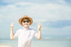 Été enjoing de garçon caucasien heureux sur la plage tropicale photo libre de droits