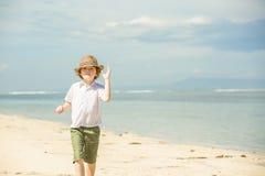 Été enjoing de garçon caucasien heureux sur la plage tropicale photographie stock libre de droits