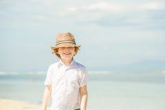Été enjoing de garçon caucasien heureux sur la plage tropicale photos libres de droits
