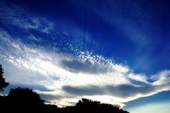 Été ensoleillé de ciel bleu, nuages de wihte et nature Image stock