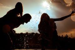 Été insousiant - amis en silhouette Photographie stock