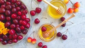 Été mûr de saveur de nutritiondelicacy de cerise de miel frais un mouvement lent de fond concret gris banque de vidéos