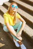 Été, mode et concept de personnes - jolie femme dans des lunettes de soleil Photographie stock libre de droits