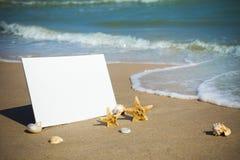 Été/papier blanc de plage sur la mer image libre de droits
