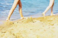 Été, plage, sable, deux paires de pieds courants du ` s d'enfants image stock