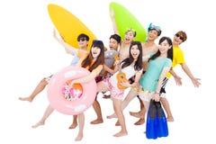 Été, plage, vacances, jeune voyage heureux de groupe Photographie stock
