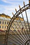 été proche de rue de Pétersbourg de gril de jardin vers le haut Photos libres de droits