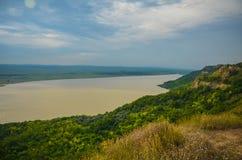 Été Roumanie de vert de campagne de panorama de coucher du soleil de Siret Photographie stock