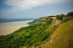 Été Roumanie de vert de rivière de campagne de panorama de coucher du soleil Image libre de droits