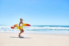 été Surfer Sport d'été Femme avec le fonctionnement de planche de surf images stock