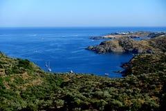 Été : une crique du cap des croix en Espagne avec la mer bleue Photos libres de droits