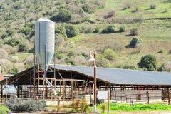 Étable rustique avec le silo dans la campagne Photos libres de droits