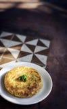 Étable rustique de tortilla d'oeufs d'omelette de casse-croûte traditionnel espagnol de tapas Photos libres de droits