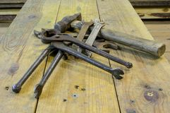 Établi avec des outils utilisés, sale, rouillé images libres de droits