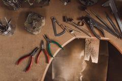 Établi d'orfèvre avec des outils image libre de droits