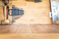 Établi en bois à l'atelier Le sort de différents outils pour diy et la réparation fonctionne Bureau en bois pour l'affichage de p photos libres de droits