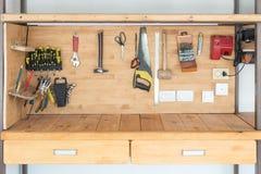 Établi en bois à l'atelier Le sort de différents outils pour diy et la réparation fonctionne Bureau en bois pour le placement de  photos libres de droits