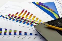 Établir l'état Graphiques et diagrammes bleus Rapports de gestion et pile des documents sur le fond gris de réflexion image libre de droits