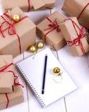 Établissement d'une liste de cadeaux Photographie stock libre de droits